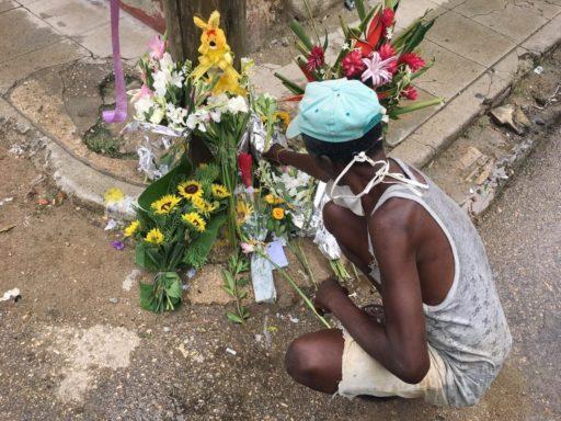 Vecino ante el altar de El Dany / Foto: El Estornudo