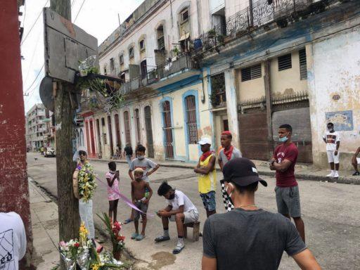 El Kende y demás amigos frente al altar de El Dany / Foto: El Estornudo