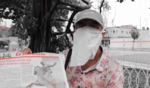 Cubano con periódico Granma / El Estornudo
