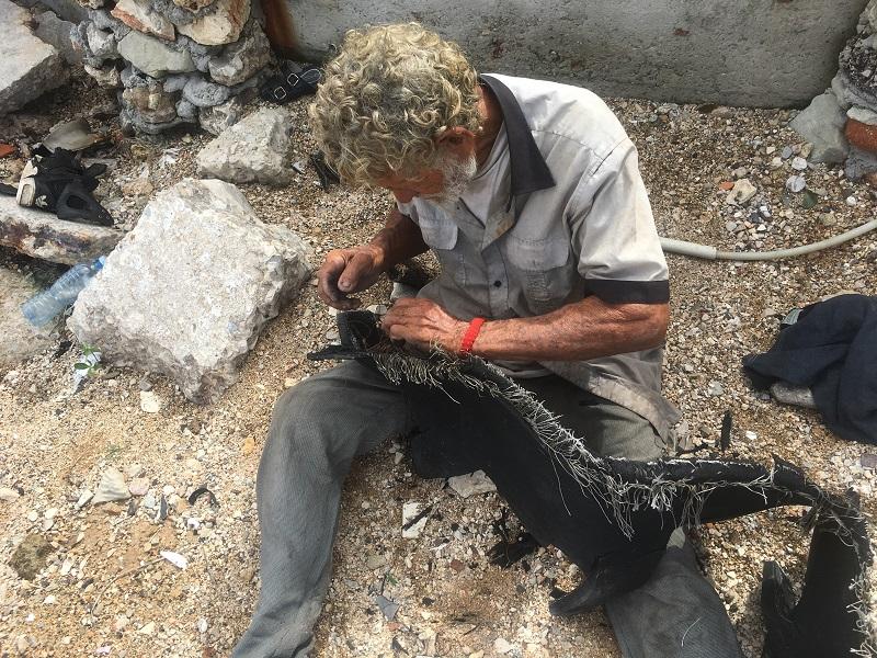 Feliciano Carbonell tejiendo una red / Foto: Cortesía del autor