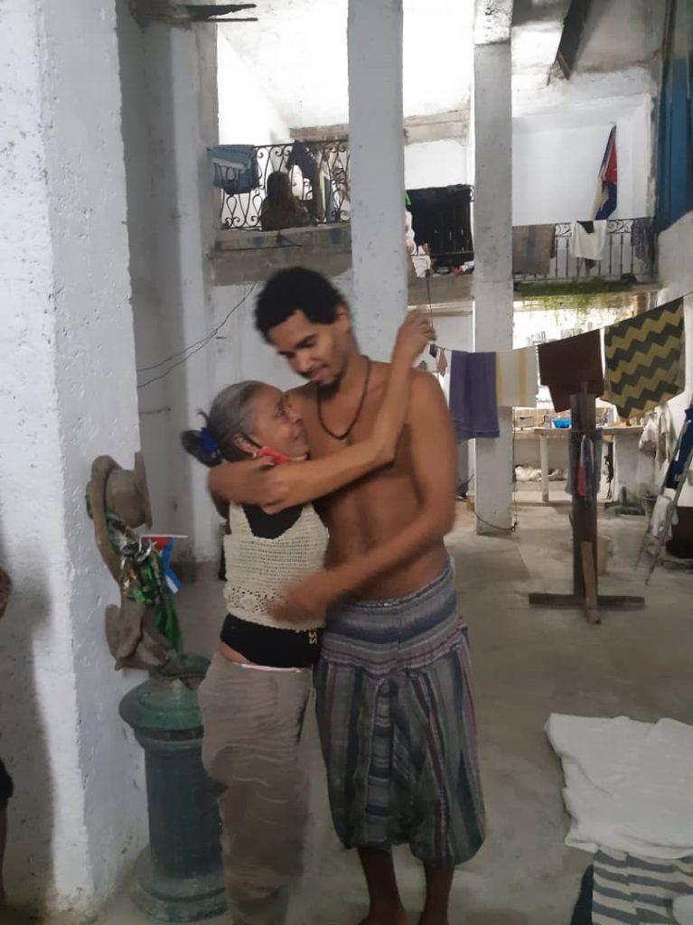Luis Manuel abraza a una vecina / Foto: Anamely Ramos