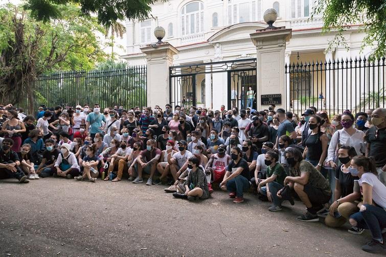 Manifestantes ante el Ministerio de Cultura en La Habana. 27 de noviembre de 2020 / Foto; Evelyn Sosa