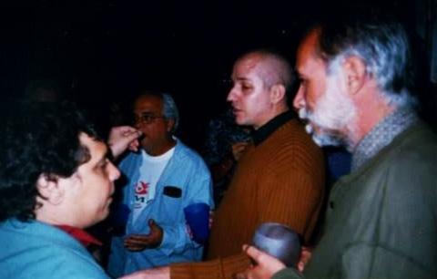 De izquierda a derecha: Sigfredo Ariel, Luis Lorente, Antonio José Ponte y Jorge Luis Arcos. En casa de Nancy González, La Habana, 2003. Cortesía del entrevistado.