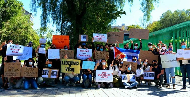 Jóvenes cubanos se manifiestan ante la Embajada de Cuba en Ciudad de México. 27 de noviembre de 2020 / Foto: Jesús Adonis Martínez