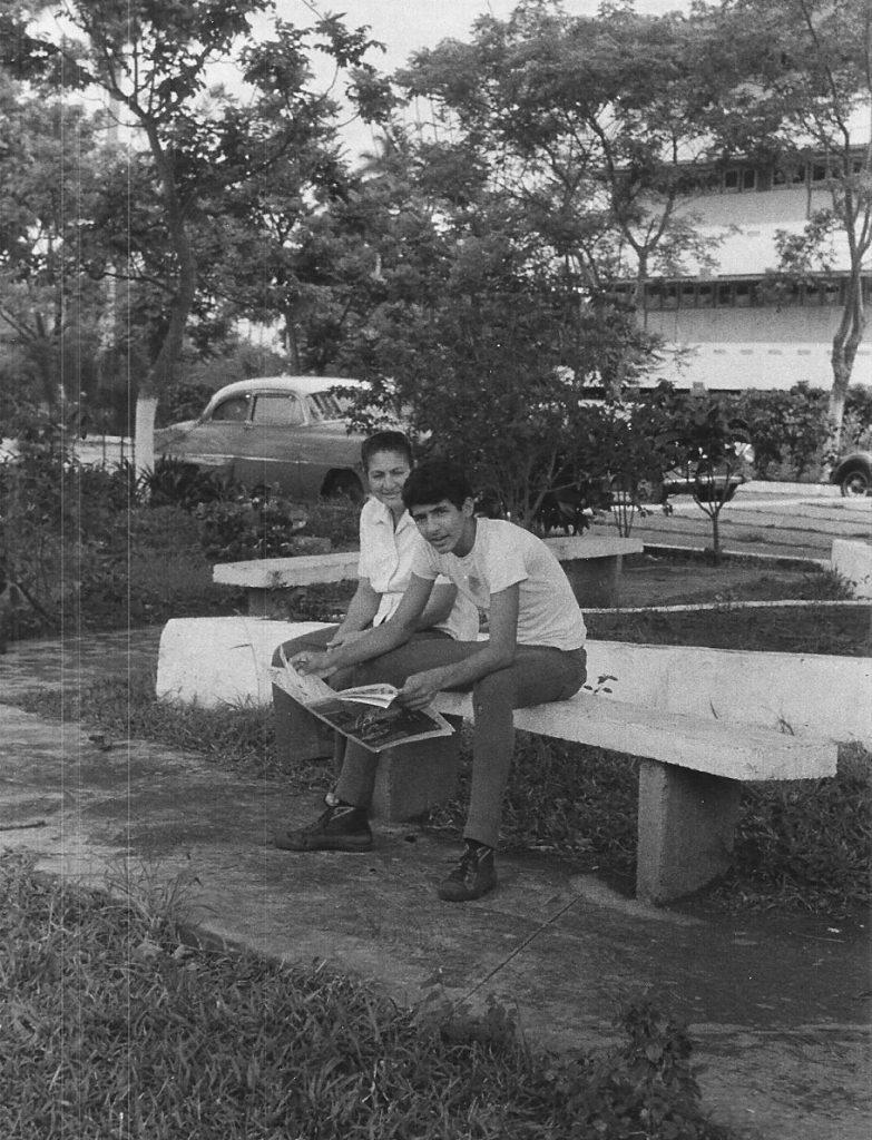 Eduardo Corzo con su madre en la ESBEC, 1975 o 76 / Foto: Tomada de Facebook