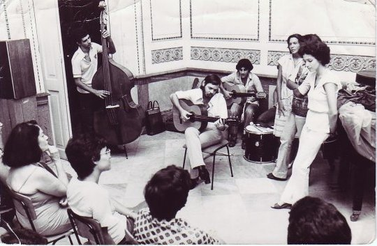 Eduardo Corzo (de pie) y el grupo de Leopoldina Núñez / Foto: Tomada de Facebook