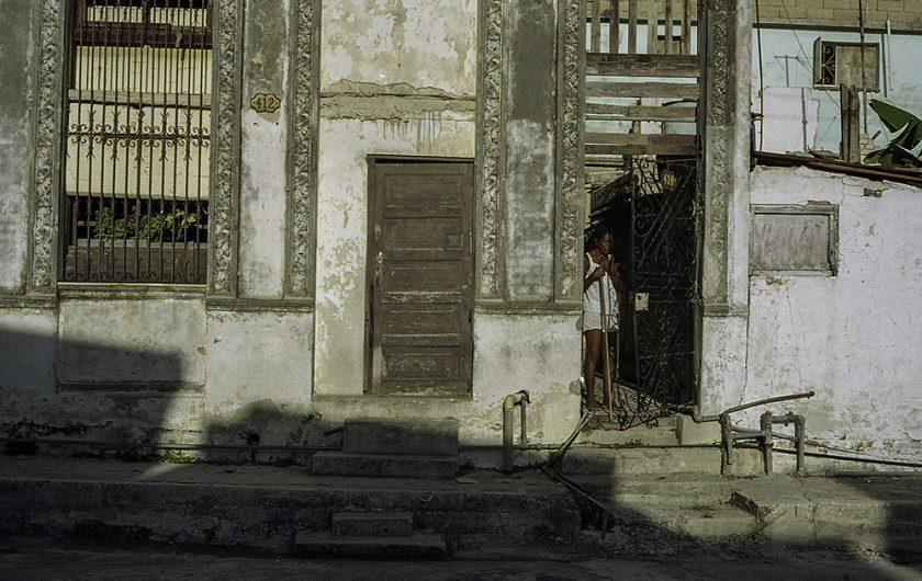 Jorge J. Pérez. La casa de las losas rojas.