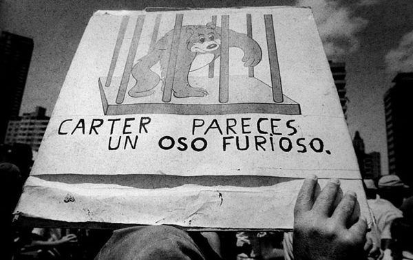 Ante la Oficina de Intereses de Estados Unidos en La Habana (Cuba), 1980/ Foto: EFE/ José A. Figueroa