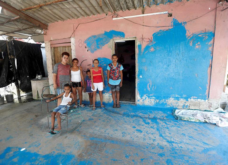 Anyell Valdés, Adrián Valdés y familia después del acto de repudio. La Habana, 2021/ Foto: EFE