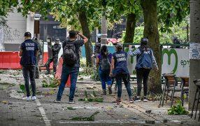 Defensores de Derechos Humanos - DDHH - intentan dialogar con policías del ESMAD