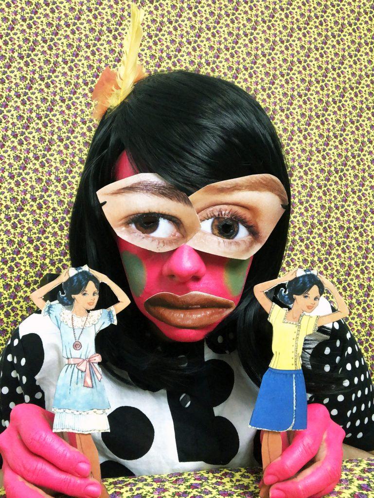 Yali Romagoza. Sin título/Untitled (Jugando con muñecas).