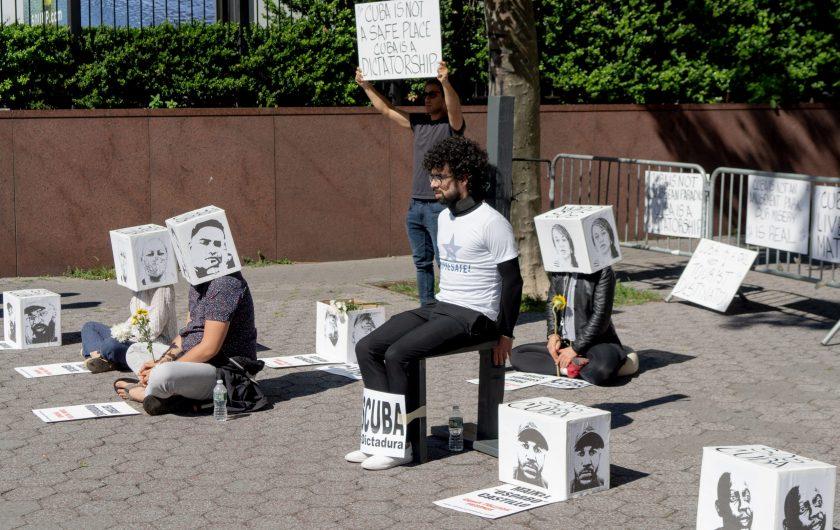 Cubanos protestan ante la sede de Naciones Unidas, Nueva York. Fotografía: Javier Caso.