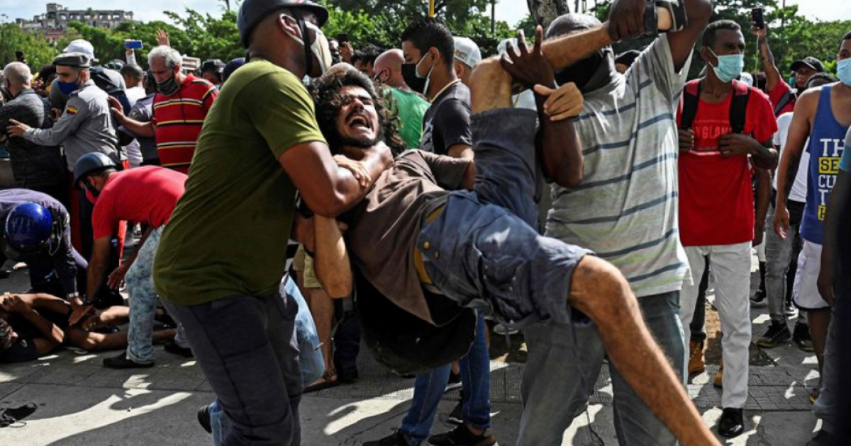 Represión durante protesta en Cuba