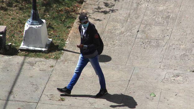 Agente de la Seguridad del Estado que este 8 de marzo impidió salir de su casa a Luz Escobar.