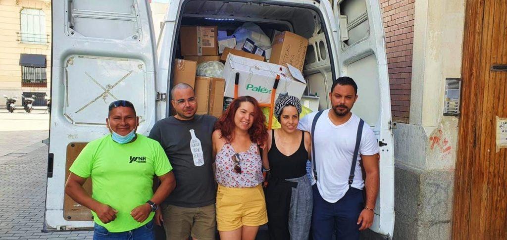 Cubanos en Madrid junto a una camioneta llena de medicamentos / Foto: Amalia Barrera