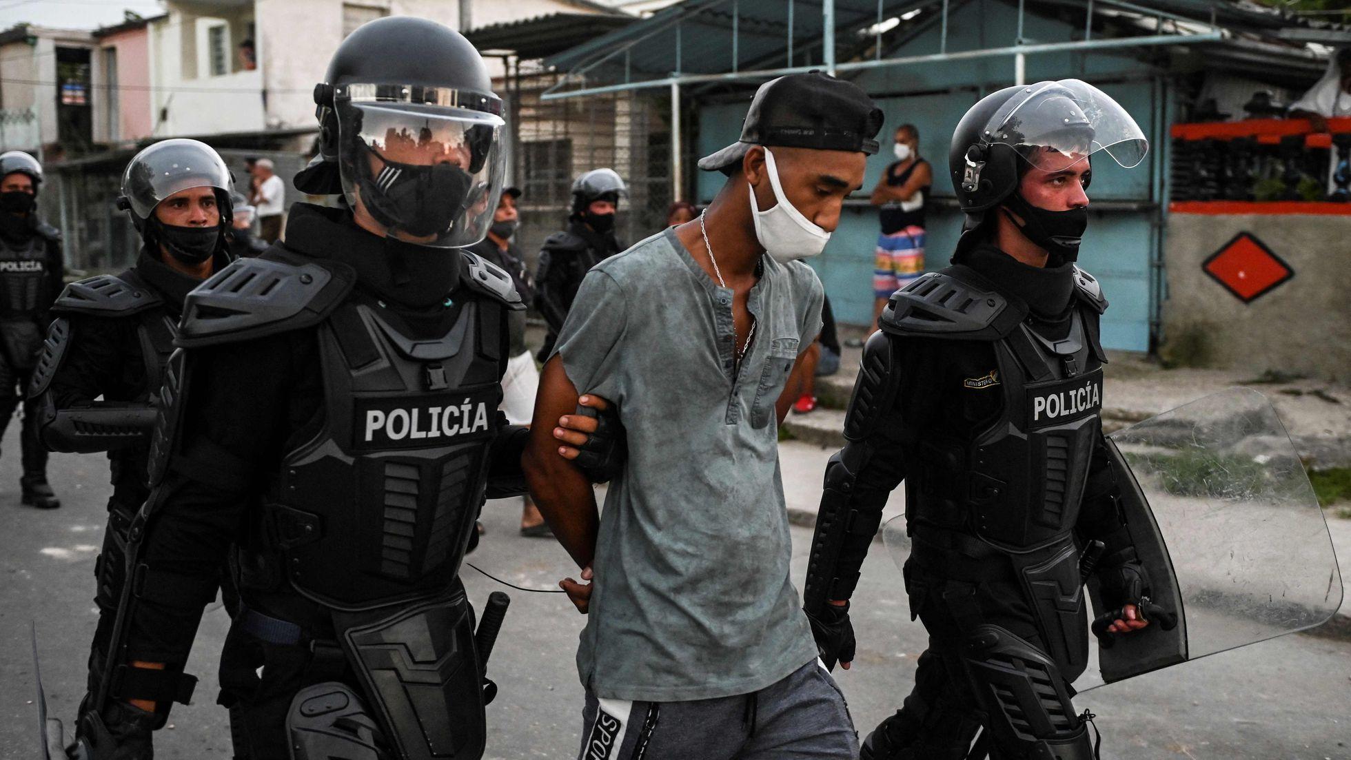 Policía detiene a joven en Cuba durante protestas / Foto: AFP