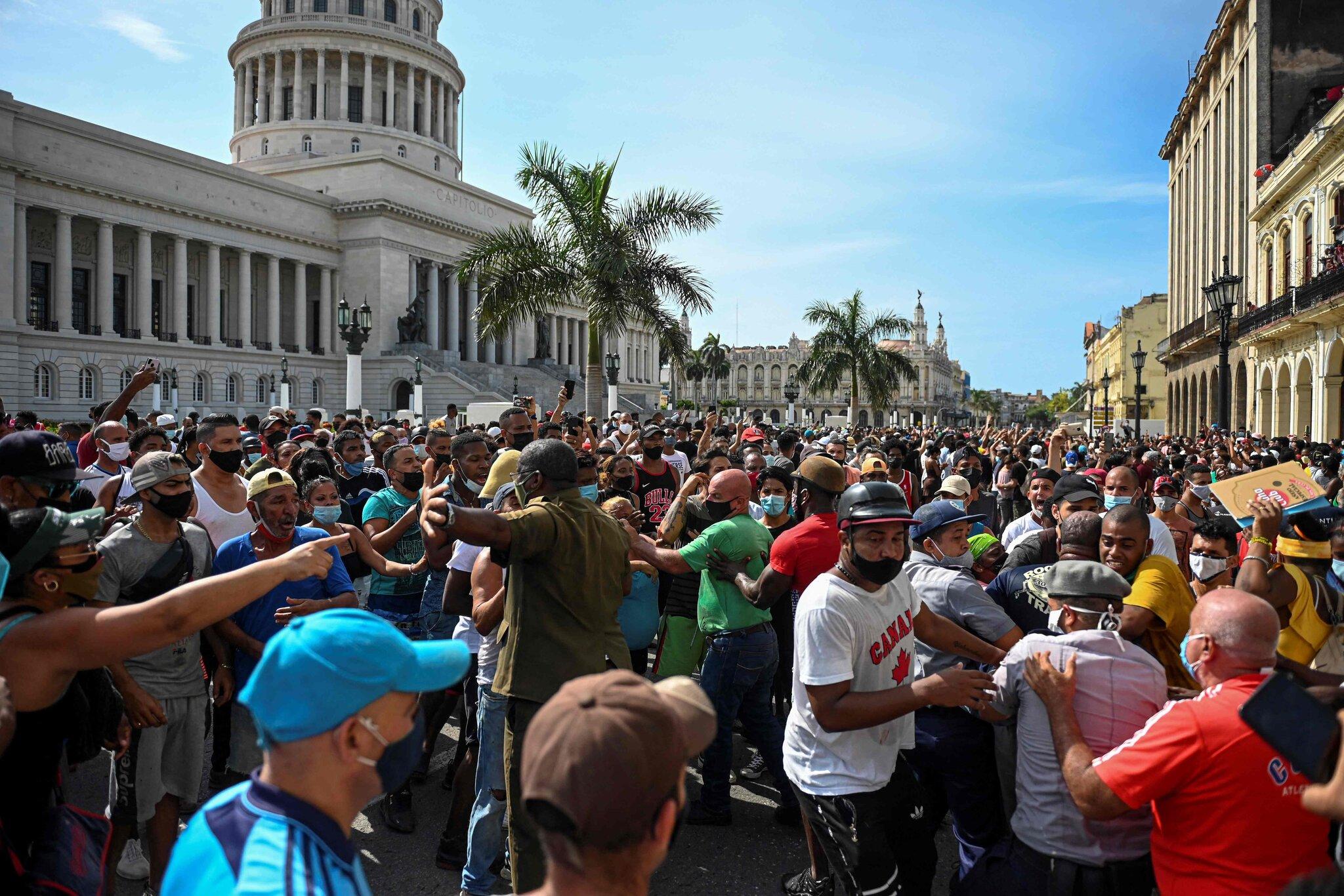 Manifestantes frente al edificio del Capitolio en La Habana